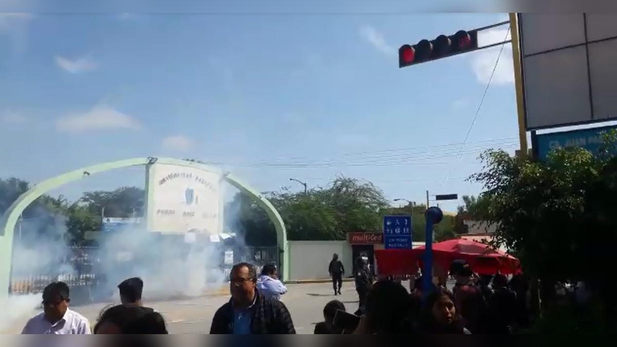 Lanzan bombas lacrimógenas al interior de UNPRG