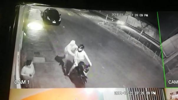 Asaltante le arrancha un celular a una mujer.