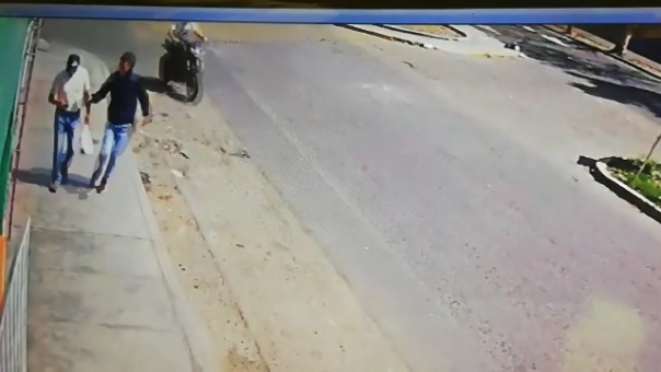 Víctima es sorprendida mientras camina por una avenida de la ciudad de Trujillo.