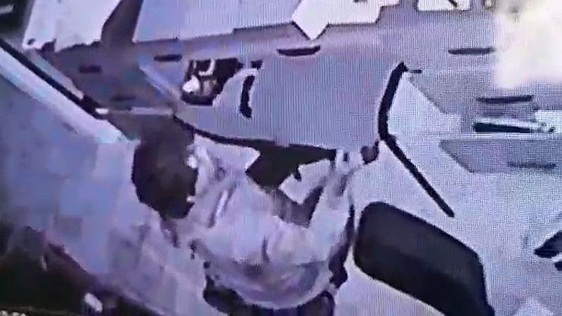 Las cámaras de seguridad captaron al ladrón in fraganti.