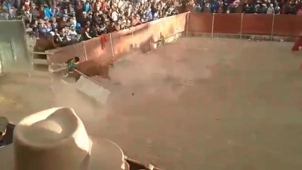Las imágenes muestran cómo el torero es corneado frente a cientos de espectadores.
