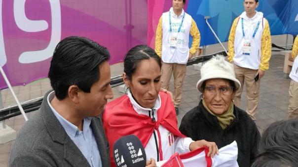 Este fue el emotivo momento que vivió Gladys Tejeda con su familia después de ganar la medalla de oro.
