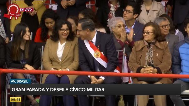 Martín Vizcarra se sentó por un momento con su familia.