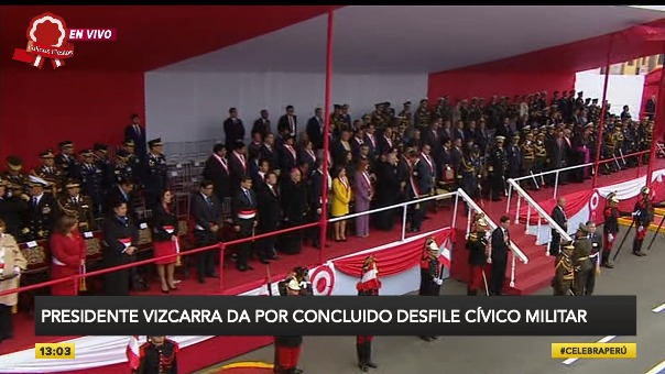 Presidente Vizcarra se acercó al estrado oficial para despedirse de las autoridades