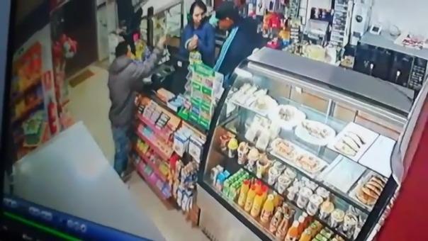 El asalto se produce en cuestión de segundos. Uno de los delincuentes se colocó en la puerta para alertar a su cómplice.