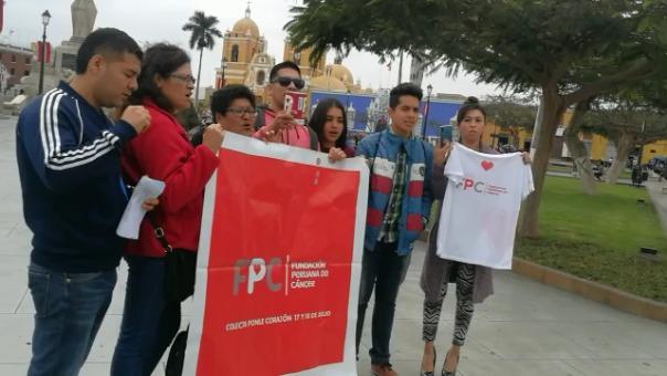 Amigos de Karina Copia realizaron un plantón en la plaza de armas de Trujillo para exigir justicia.