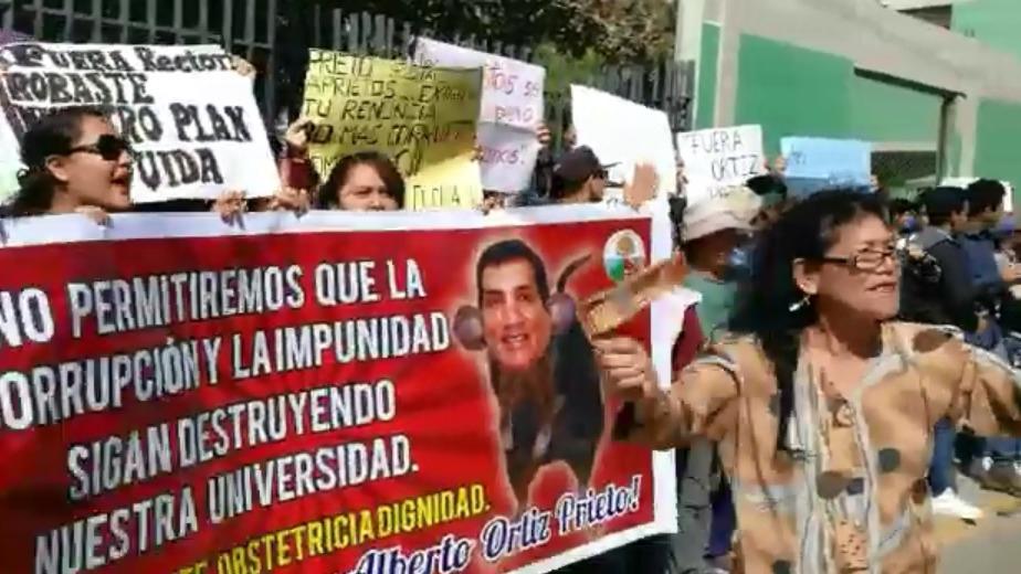Alumnos de la UDCH salieron a las calles para exigir que procesen a rector, Alberto Ortiz,