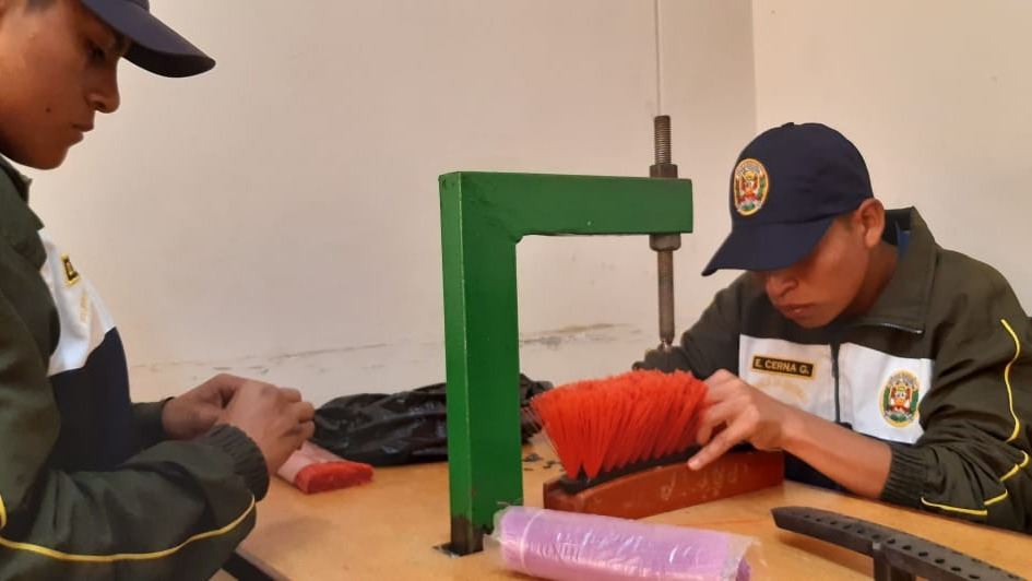Los jóvenes confeccionan las escobas y luego las venden. Este programa sacó de las calles al joven Luis Anthony Aguilera.