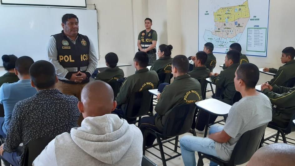 Los jóvenes reciben preparación física, instrucción policial y vocacional, afirma el comisario Javier Díaz De la Vega.