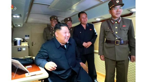 Corea del Norte difunde imágenes del lanzamiento de un nuevo misil balístico.
