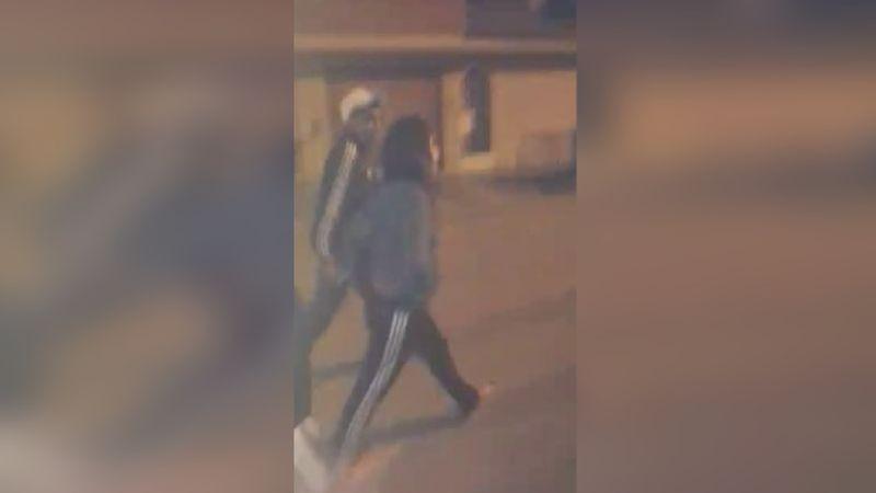 Vecinos grabaron a una mujer llevándose las pertenencias del supuesto agresor.
