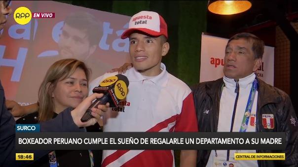 Boxeador peruano cumple el sueño de regalarle un departamento a su madre.