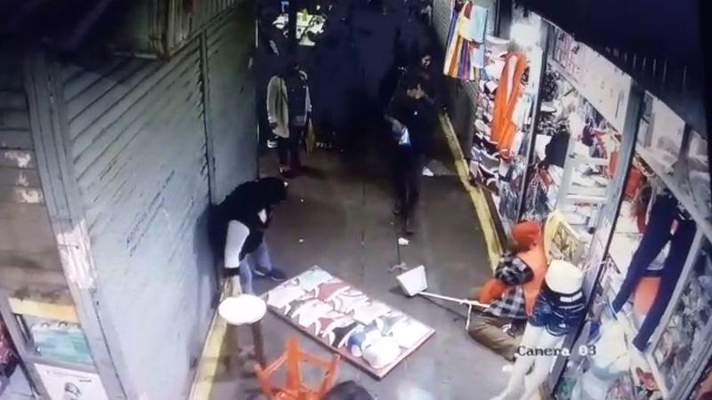 Las cámaras de seguridad del mercado captaron el momento del ataque.