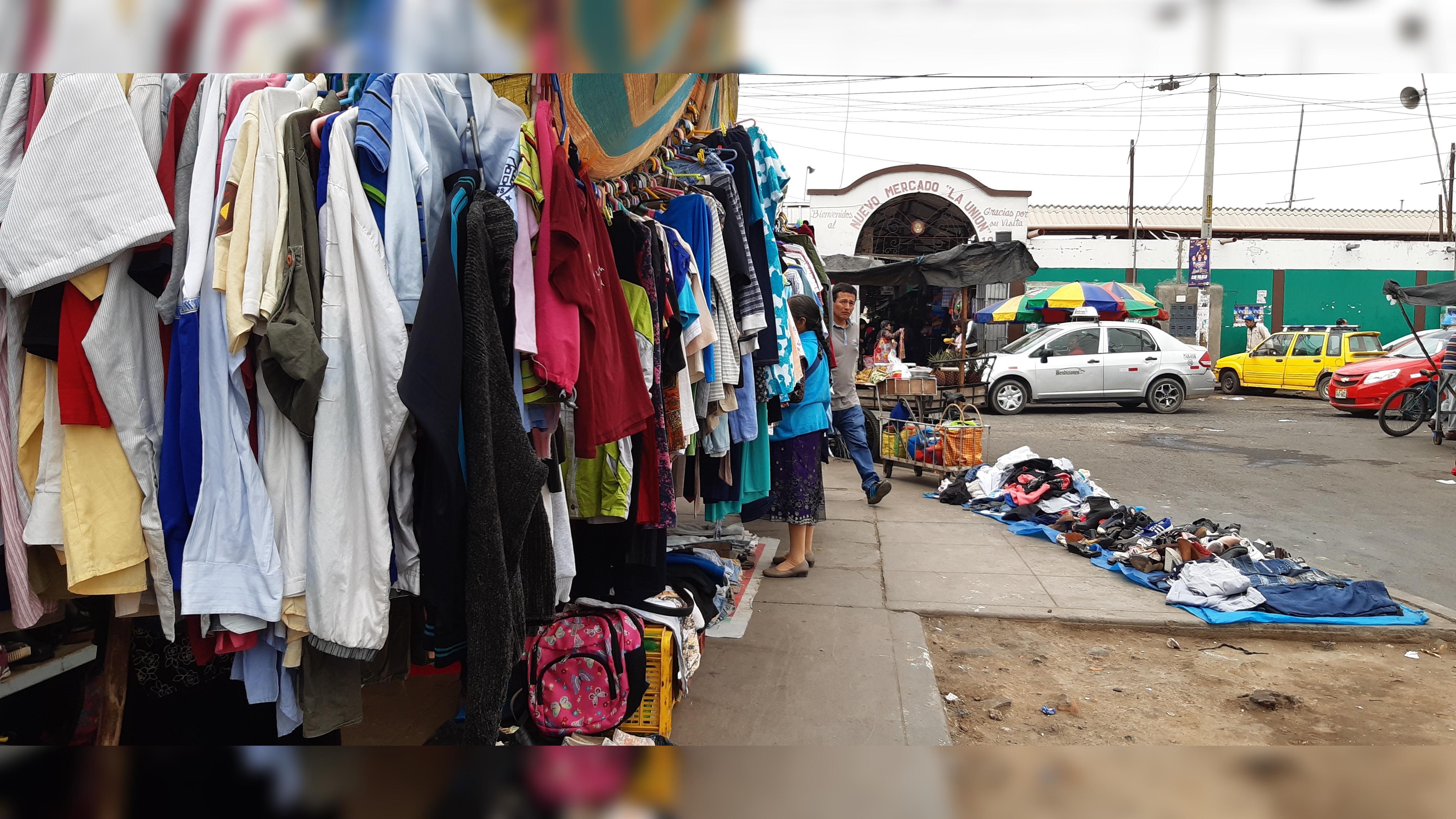 A unos pasos del Centro Histórico de Trujillo el comercio informal ha ganado terreno en veredas y parte de la vía.