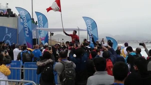 Piccolo Clemente celebra con la bandera peruana.