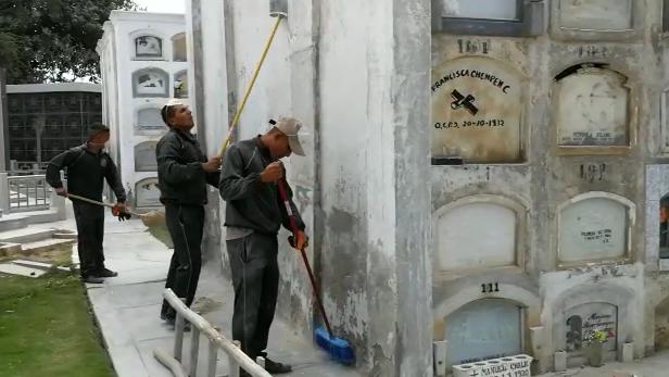 Soldados limpian cementerio de Chiclayo