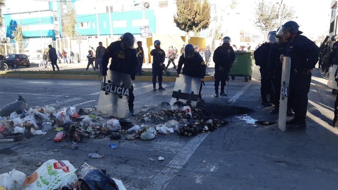 Actos de vandalismo en el primer día de paro indefinido contra el proyecto Tía María en Arequipa.