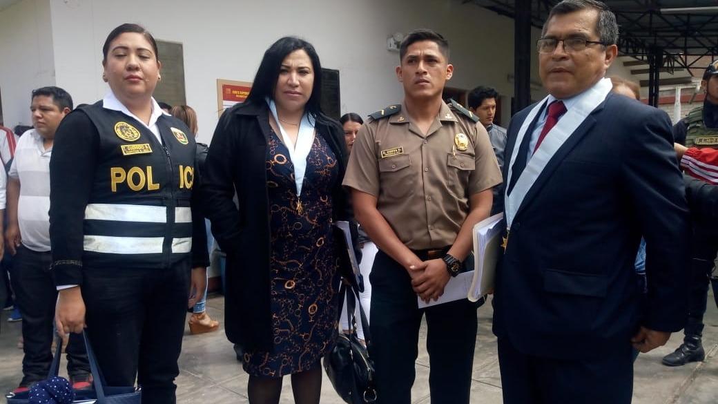 Policía acompañado de los representantes del Ministerio del Interior