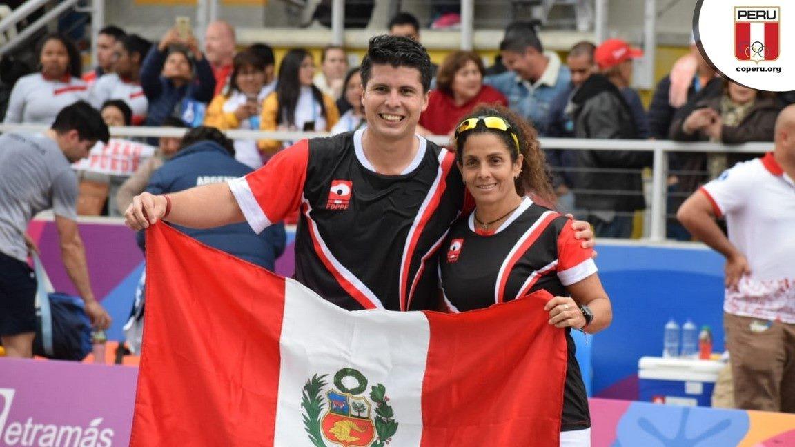 Los frontonistas peruanos posaron con la bandera peruana tras conseguir dos medallas de oro.