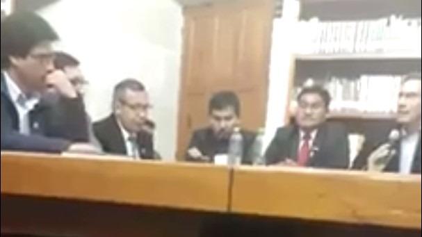 En la grabación se observa al presidente Martín Vizcarra al lado derecho de la imagen sosteniendo un micrófono.
