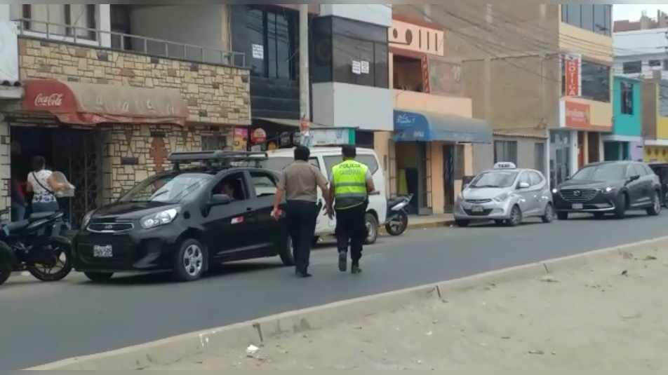 Policías permanecen intervenidos.
