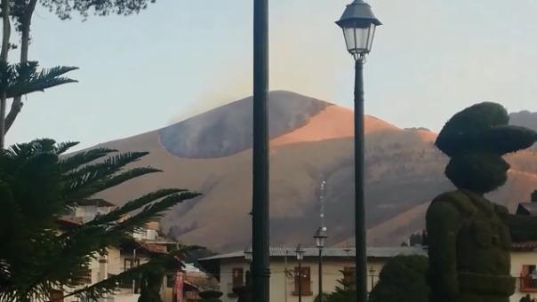 El fuego avanza en el cerro mientras que en la plaza de armas la población celebra su fiesta patronal.