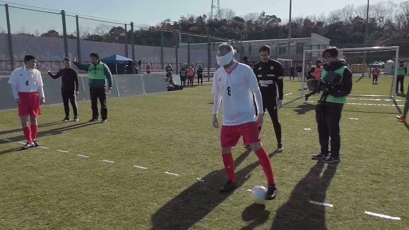 Andrés Iniesta, quien milita en el Vissel Kobe de la J-League, participó en el juego con los ojos tapados con un antifaz.