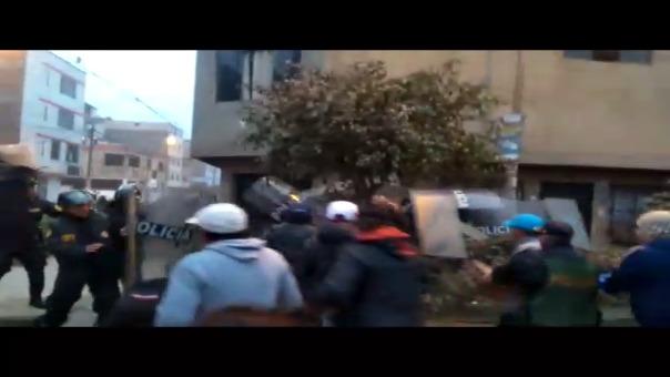 Enfrentamiento de vecinos con policía en Santa Anita