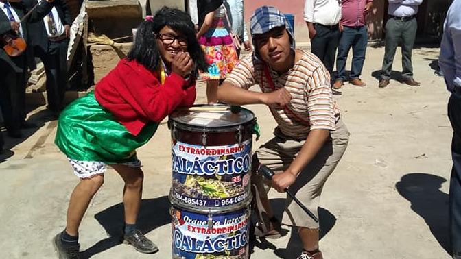 Los jóvenes integrantes de la banda orquesta bailan caracterizados como 'El Chavo' y la 'Chilindrina'.