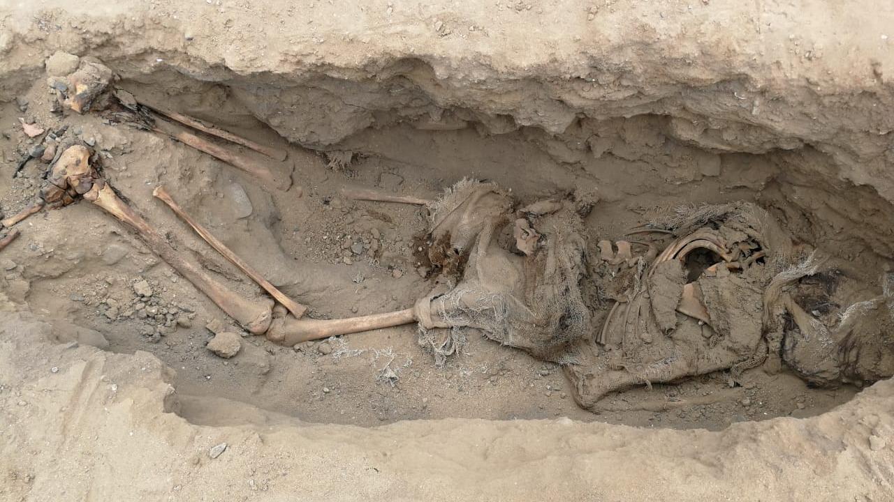 La hipótesis de los arqueólogos es que estos sacrificios se realizaron para pedir a los dioses parar las lluvias del Fenómeno El Niño.