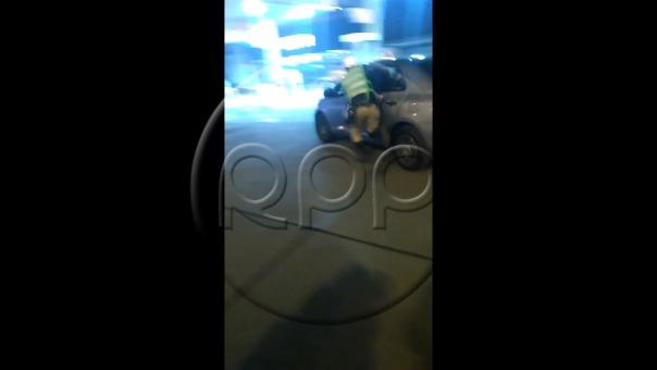 Policía es arrastrado por conductor en Surco.