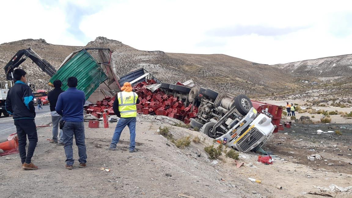 Despiste de camiones ocurrió en la vía Arequipa - Puno.