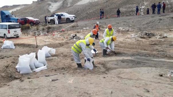 Mineral quedó desparramado en la zona y comuneros denuncian contaminación de un manantial.