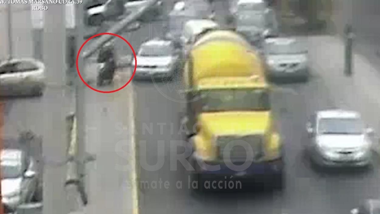 Los delincuentes escaparon en una moto lineal.