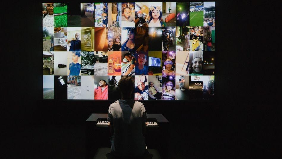 Videos de la popular aplicación forman parte de esta exhibición.