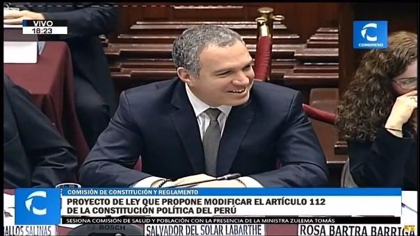 El congresista Mauricio Mulder le increpa a Salvador del Solar que sonría mientras está exponiendo en la Comisión de Constitución.