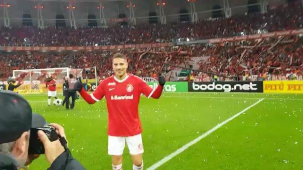 Este fue el momento donde Paolo Guerrero pide tomarse una foto con la hinchada del Inter.