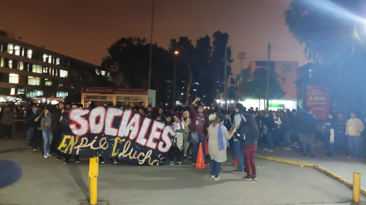 Estudiantes apostados en la puerta N° 3 de la Universidad Nacional Mayor de San Marcos protestan por la continuación de las obras del bypass de la avenida Venezuela.