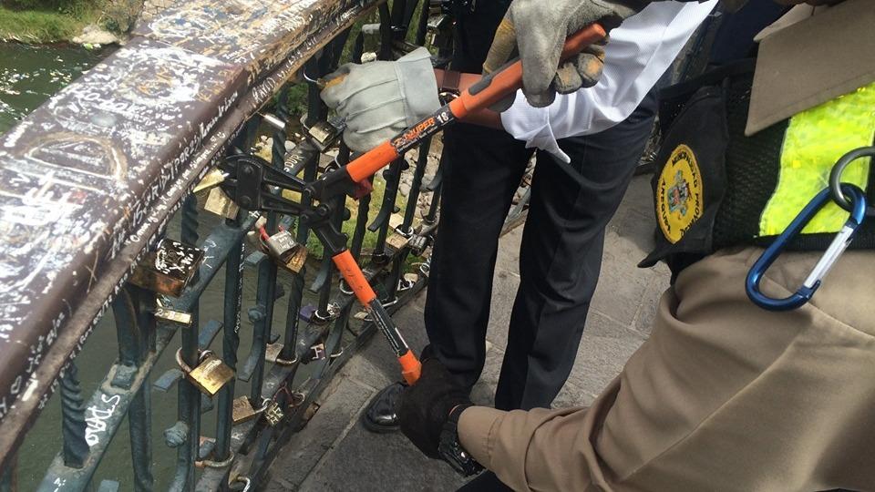 Retiran candados de parejas de enamorados en el puente Bolognesi.