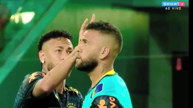 Neymar espanta un insecto de la cabeza de Dani Alves