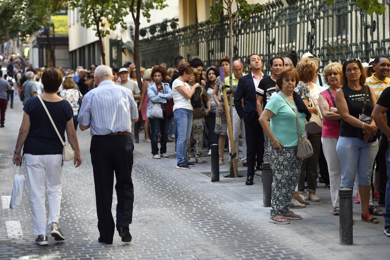 Los fanáticos del cantante español hicieron filas para ingresar a la sede de la S.G.A.E. en Madrid donde se instaló una capilla ardiente para que los familiares, amigos y seguidores de Camilo Sestose despidan de él.