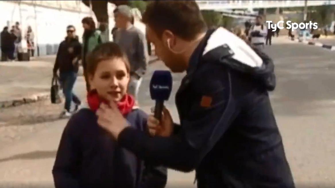 Niño sorprende a periodista con respuesta sobre Maradona.