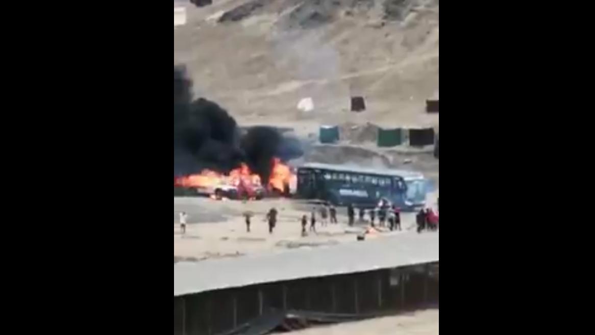 Un bus de la Policía Nacional también fue incendiado.