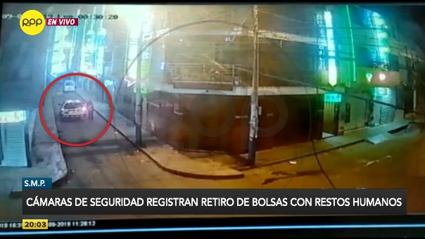 Las cámaras muestra un sospechoso auto blanco que se estaciona frente al hotel. En seguida, unos hombres colocan en el vehículo bolsas negras con rafia.
