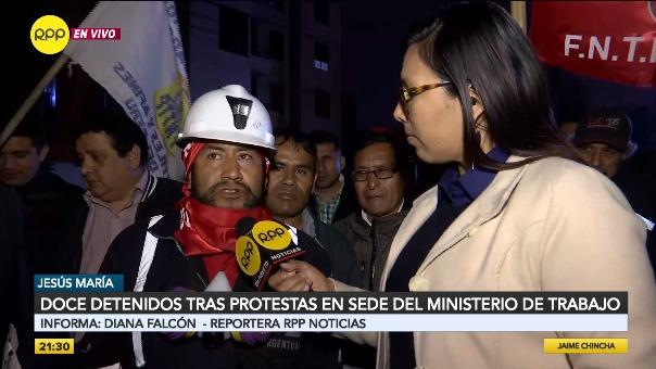 Mineros en huelga exigen la liberación de los detenidos.