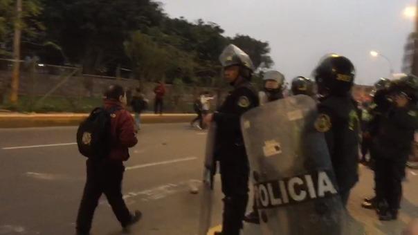 Estudiantes de San Marcos bloquean la avenida Germán Amézaga con piedras y palos.