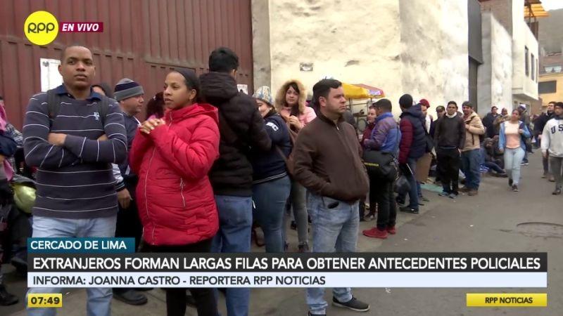 Cientos de venezolanos hacen cola afuera de la Diprove, muchos con hijos en brazos.