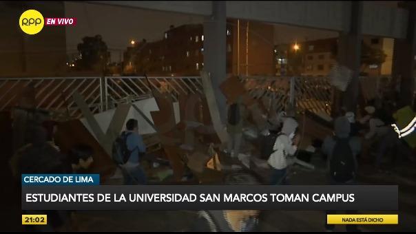 Estudiantes de la UNMSM se enfrentan a efectivos de la Policía Nacional. | Fuente: Rob Reyna