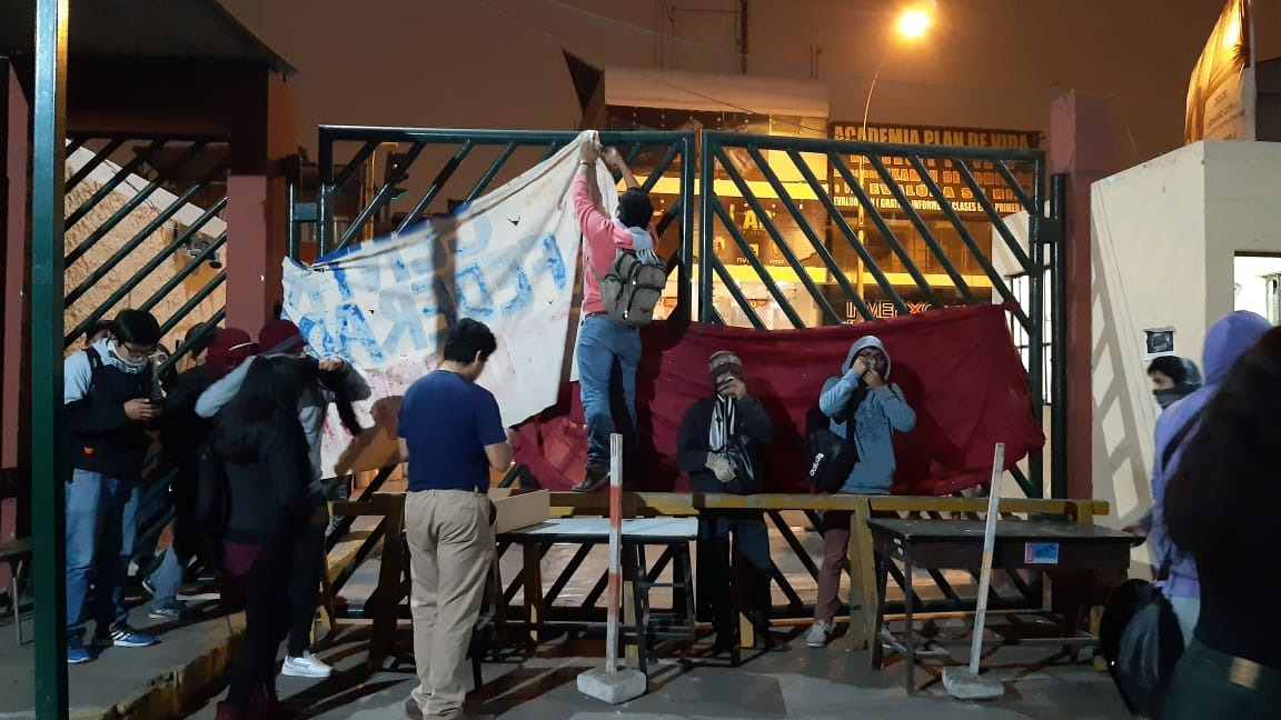 Universitarios bloquean puerta de UNMSM