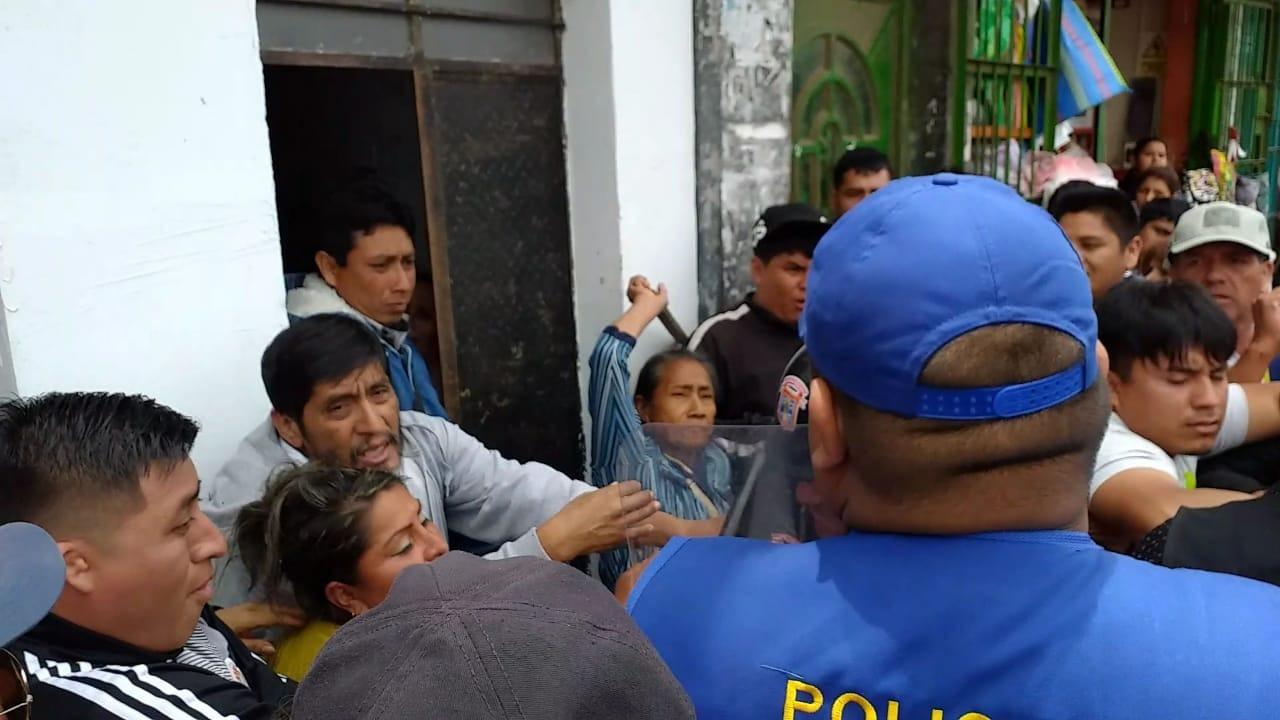 Ambulantes se enfrentan a la policía municipal.